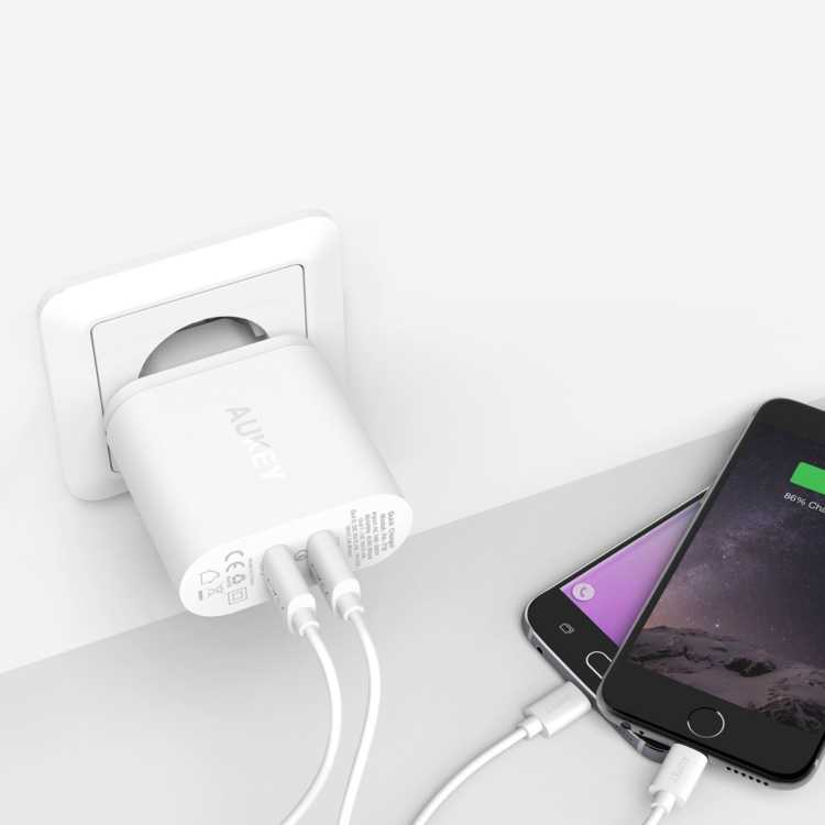 Cargador AUKEY con doble puerto para Android e iOS. Compatible con Quick Charge 2.0 de Qualcomm